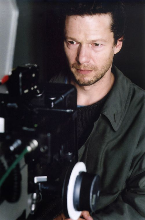 photo de l'acteur jerome kircher face a une camera.
